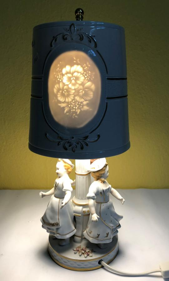 dancing children with Lithophanie lampshade